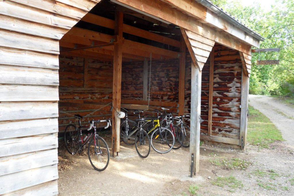 Lieu abrité pour matériel de randonné equestre, ou bien poyur les vélos