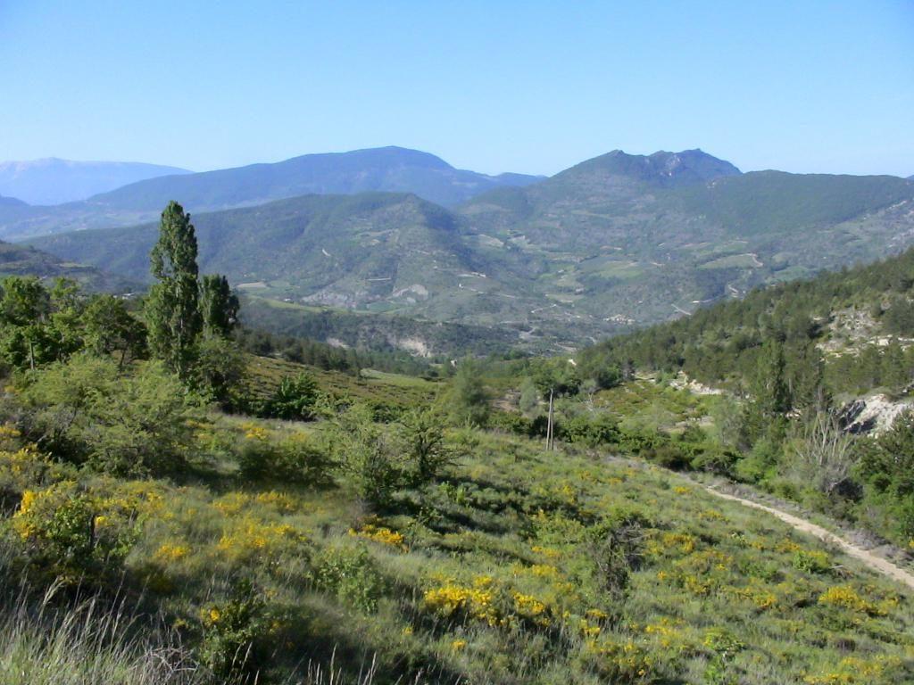 Paysage varié de moyenne montagne, ouverture à la randonnée